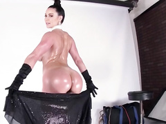 Pretty milf Kendra Lust shows us her great butt